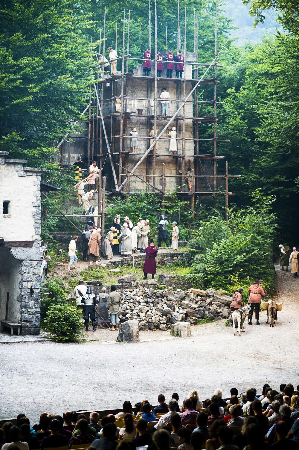 Sklaverei nach der Uebernahme des Dorfes bei den Tellspiele in Interlaken waehrend der Premiere am 28. Juni 2015.