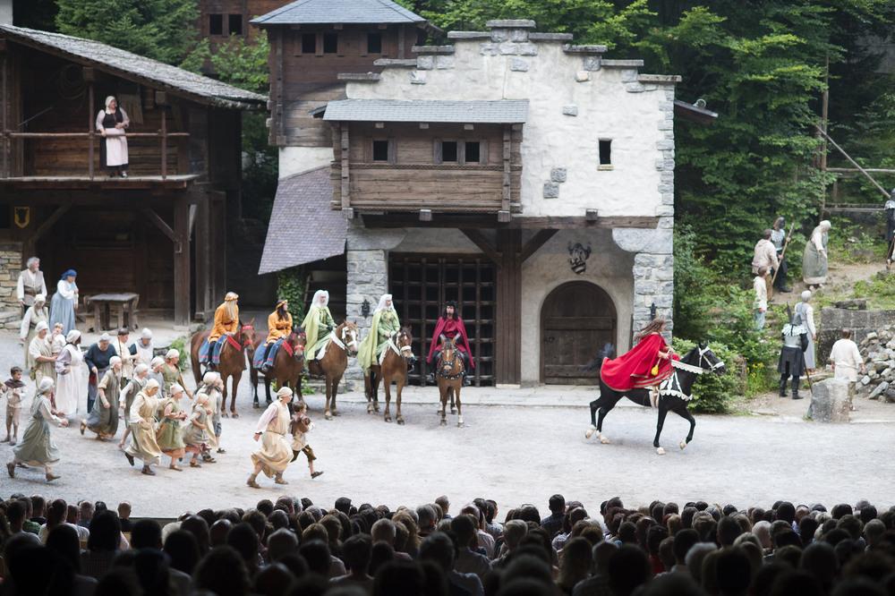 Die Uebernahme des Dorfes bei den Tellspiele in Interlaken waehrend der Premiere am 28. Juni 2015.
