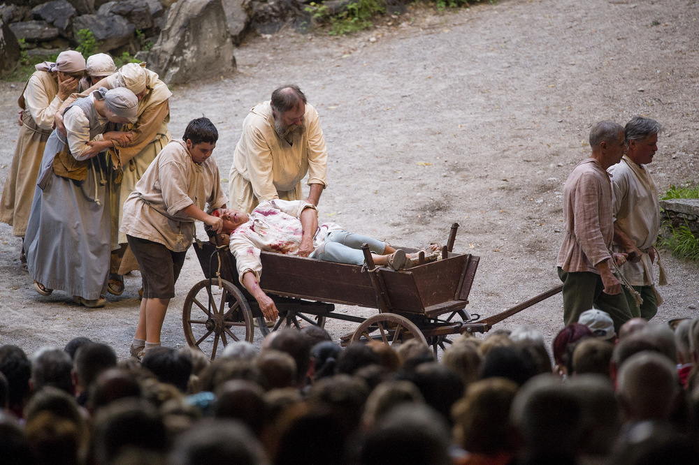 Ein zu tode Gest�rzter Sklavere nach der Uebernahme des Dorfes bei den Tellspiele in Interlaken waehrend der Premiere am 28. Juni 2015.