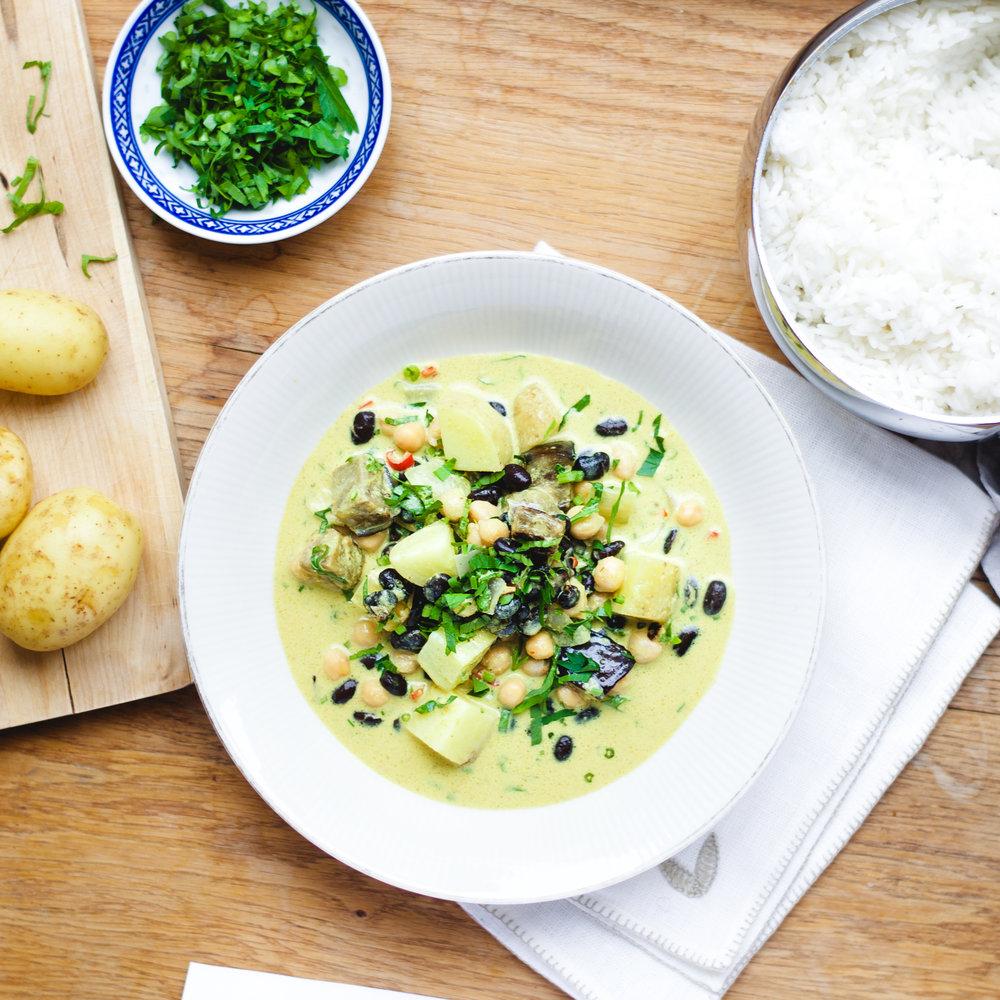 zMassaman Curry (Reis, Kokosmilch, Curry Paste, Kartoffeln, Kichererbsen, schwarze Bohnen, Massaman Gewürz, Zwiebeln, Chili, Auberginen) VEGAN GLUTENFREI.jpg