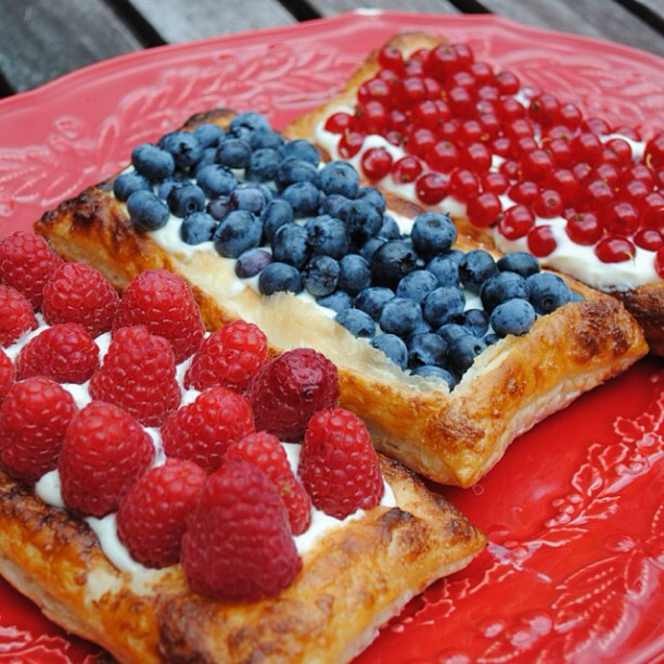 Blätterteig mit Beerentriumvirat*Puff Pastry with Berries & Cream