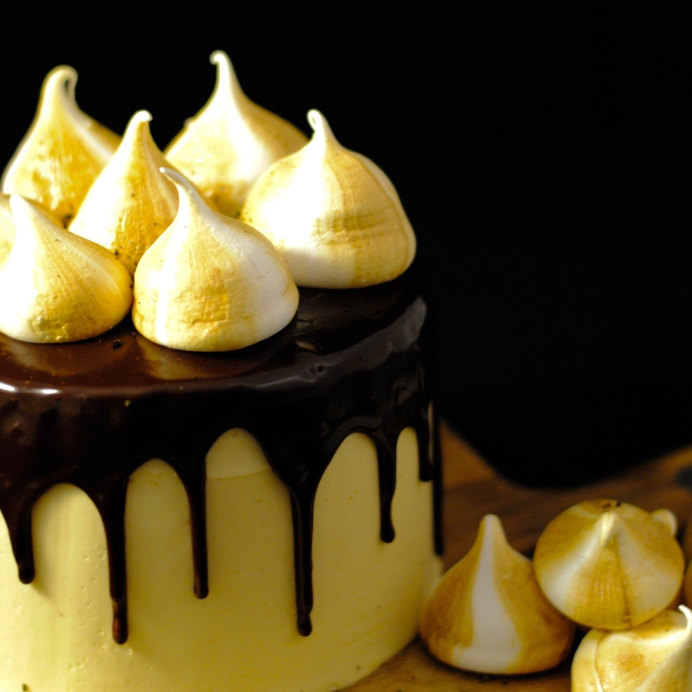 Lakritz Drip Cake mit Baiserküsschen