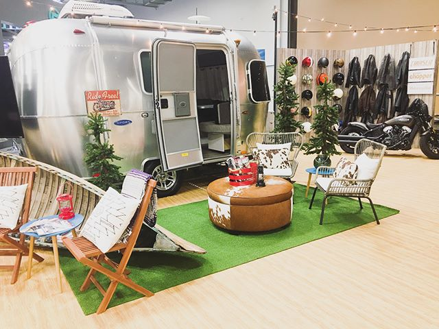 Thinking about this unique tradeshow booth we did last summer for @bonniermotorcyclegroup and it's making us want to pack up and go camping! Anyone else?!? 🏍🛵⛺️🌲 . . . . . . #production #eventproduction #events #eventdesign #tradeshow #coorporateevent #eventplanning #camping #airstream