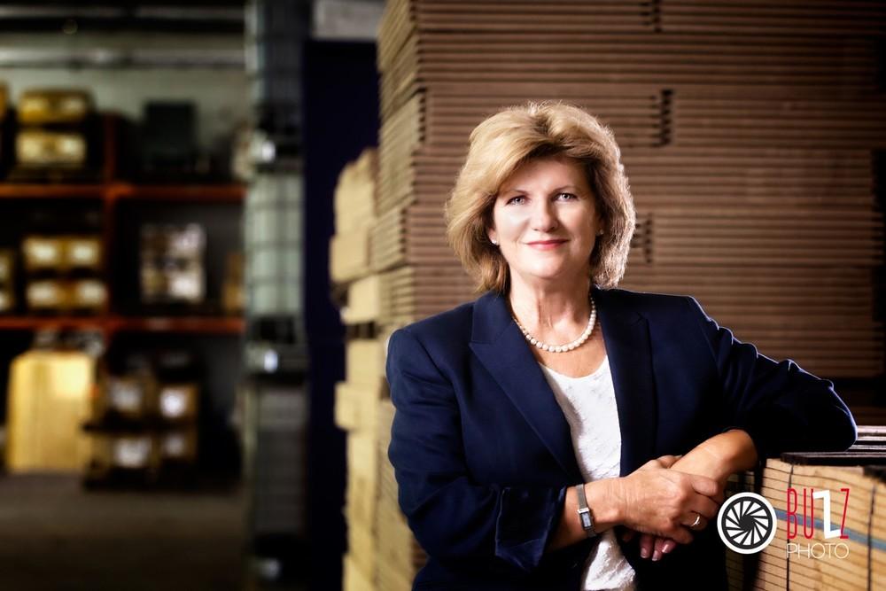 Mme Rina Poirier Mcguire de Matérieux spécialisés.Portrait d'affaire en entreprise. Mélange d'éclairage ambiant et flash.