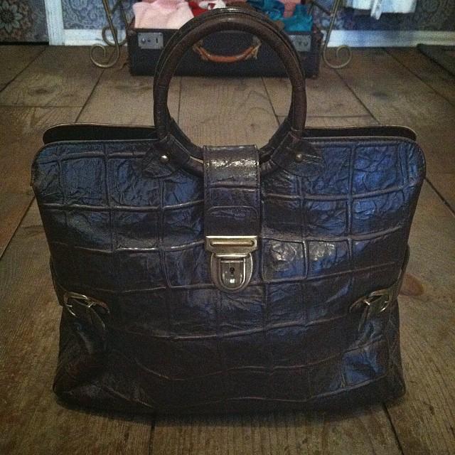 This #vintage #1960s embossed croc-look handbag tho! 🙌  $55  #antoinetevintage #madeinusa #oneofakind #vintagehandbag #williamsburg #brooklyn  (at Antoinette)