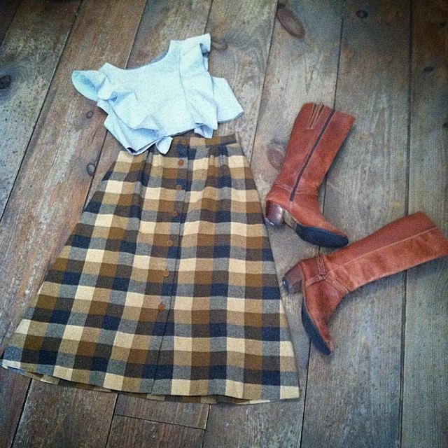 It's 70 degrees in #Brooklyn today so get you #vivaaviva grey chambray #magnoliacroptop on! 🍁☀️  #antoinettevintage #vintage #1970s  #vintageskirt size 2 $65 & #1980s leather #vintageboots size 7 1/2 $70 #madeinusa #oneofakind #ootd #williamsburg #thriftandstyle (at Antoinette)