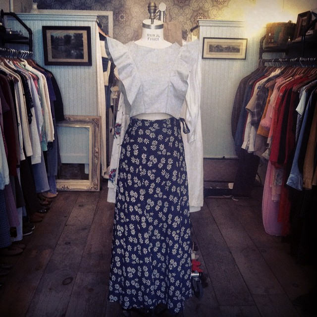Celebrating the 1st day of Fall with the @viva_aviva #magnoliacroptop in grey chambray & one of our #vintage skirts 🍂🍃🍁  #antoinettevintage #vivaaviva #madeinusa #ootd #oneofakind #williamsburg #brooklyn #thriftandstyle  (at Antoinette)