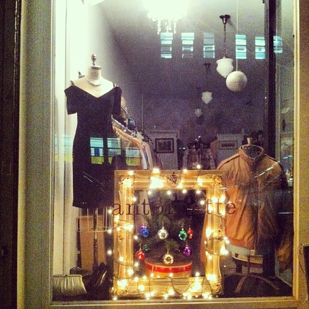 #vintage holiday window 🎄🎅🎇 (at Antoinette)