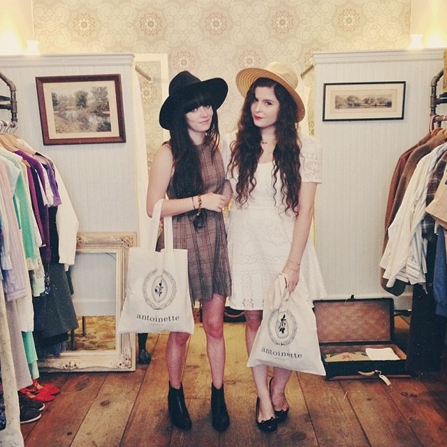 Had a blast with these total babes @jaglever & @noelledowning yesterday. So excited to see how they style their Antoinette pieces…stay tuned! ✨👯🌻 #antoinettevintage #vintage #JagLever #NoellesFavoriteThings #williamsburg #brooklyn #thriftandstyle #regram (at Antoinette)