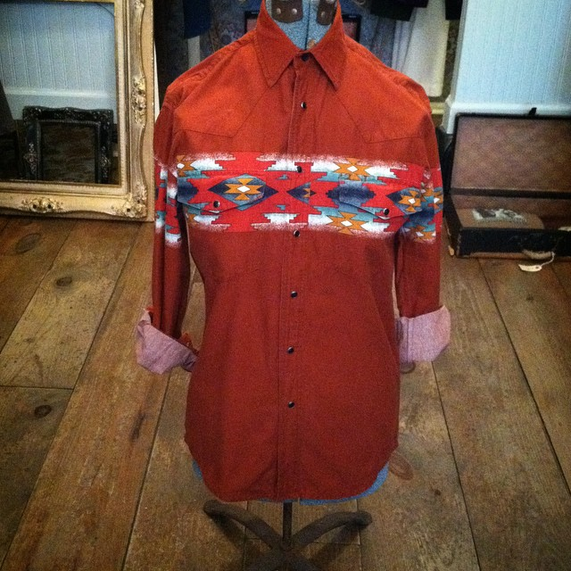 Hey Dudes we got a new shipment of #vintage shirts in today…Happy #WednesdayMensday ! #vintageshirt by #Wrangler size M $40 #madeinusa #oneofakind #ootd #williamsburg #brooklyn #thriftandstyle (at Antoinette)
