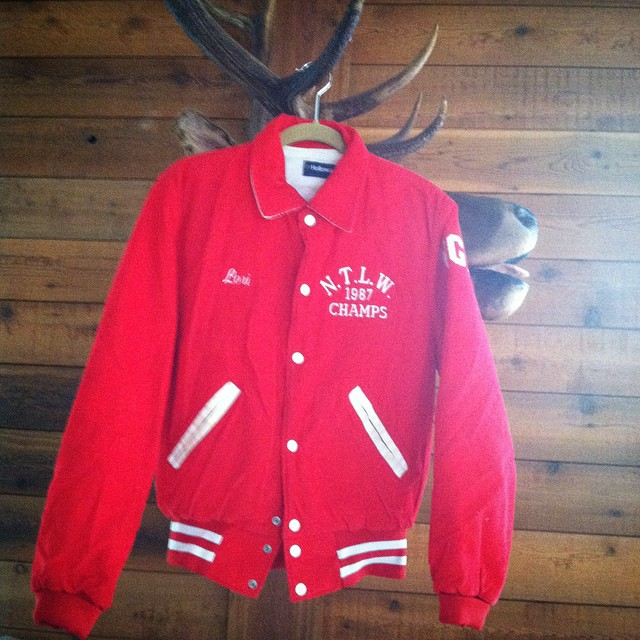 One of the best finds ever on an upstate buying trip! So many #vintage jackets & coats coming to the shop this week! 🗻🌲🍂 #antoinettevintage #1980s #varsityjacket #madeinusa #oneofakind #williamsburg #brooklyn (at The family house upstate)