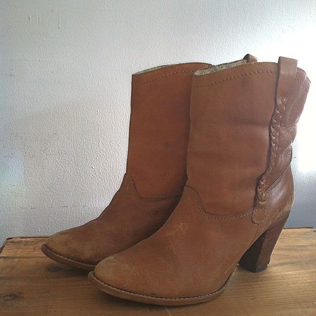 It's hard to believe by the beautiful 60 degree weather here in #NYC today we'll be needing these by the end of the week to keep our feet warm 🔥  #antoinettevintage #vintage #vintageboots leather with shearling lining size 8  #oneofakind #williamsburg #brooklyn  (at Antoinette)