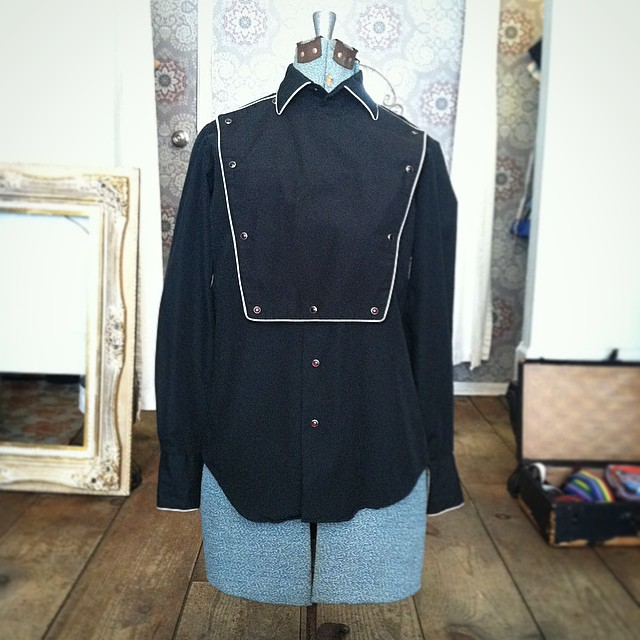 This is one cool cat men's #vintage western bib-snap shirt! 🐎💪 size M $50 by #Karman #1980s #WednesdayMensday (at Antoinette)