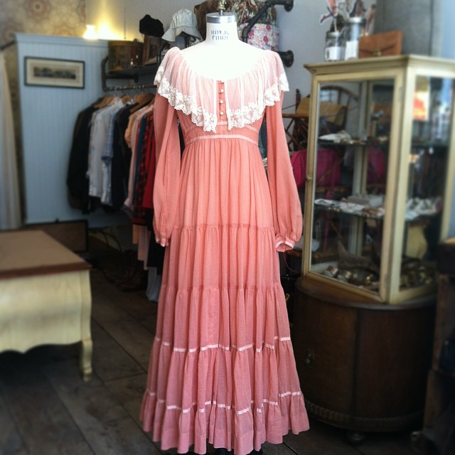 Need an #Easter Dress?! 👒🌷🐇 #Vintage #1970s #GunneSax size 2 $100  (at Antoinette)