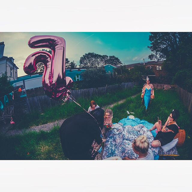 NEW LENS WHO DIS ☀️🍰 @themichellecarroll 's #birthday in the palace gardens 👑#party #summer #peckham #balloons #evening #8mm
