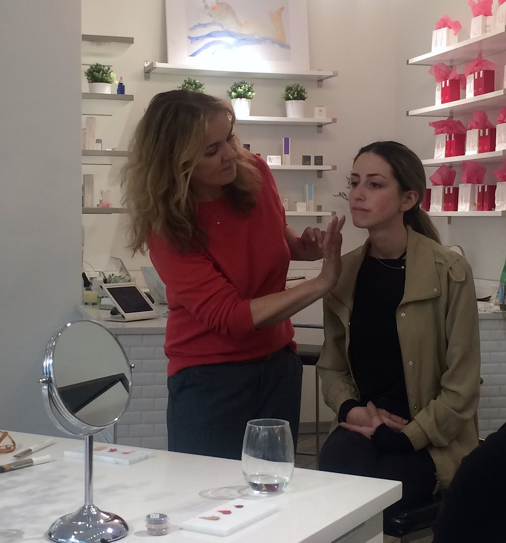 Kirsten demonstrates how to get a flawless, natural complexion at the Aillea Master Class.