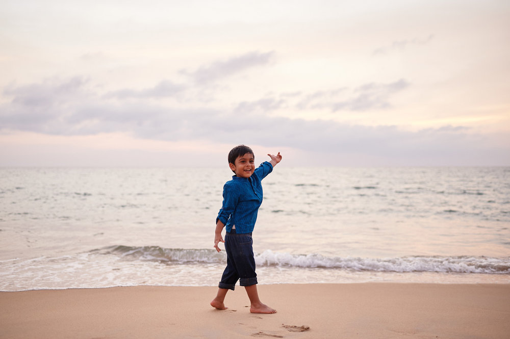 little-boy-by-the-ocean-in-thailand-family-photo-session.jpg
