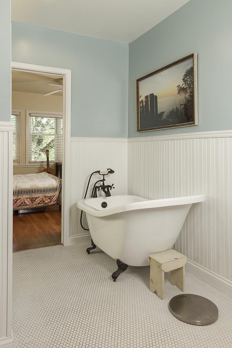 web_bathroom upper tub.jpg