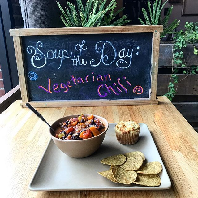 Rainy days are for vegetarian/vegan chili & gluten-free sweet bread muffins (corn bread alternative) 🤙🍃💚✌️ #soupseason #vegan #alwaysorganic #glutenfree #grainfree #chili