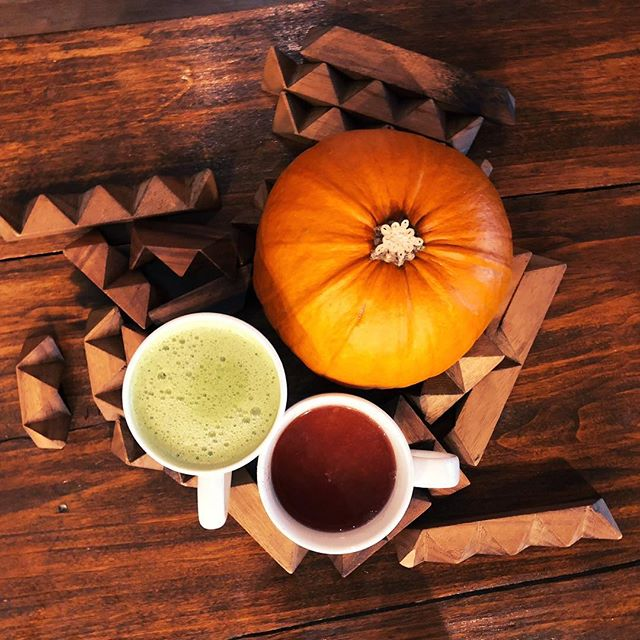 fall is good for warm drinks 🎃  we have a whole selection perfect for days like this including an organic apple cider and our organic matcha latte!