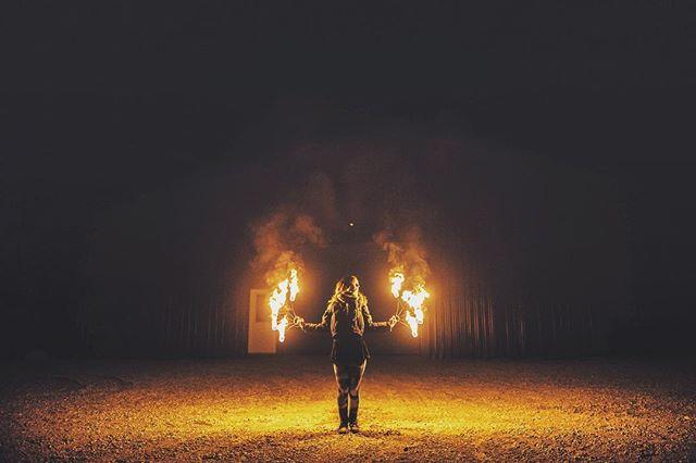 ƒįŗęƒɭƴ 🔥💞 ʜᴀᴘᴘʏ ᴠᴀʟᴇɴᴛɪɴᴇs ᴅᴀʏ ᴛᴏ ᴛʜᴇ ᴏɴᴇ ᴡʜᴏ ᴋᴇᴇᴘs ᴍʏ ғʟᴀᴍᴇ /  @colorsofprism • • • #fire #performer #firefans #firespinning #nikon #d750 #firefly #firebird