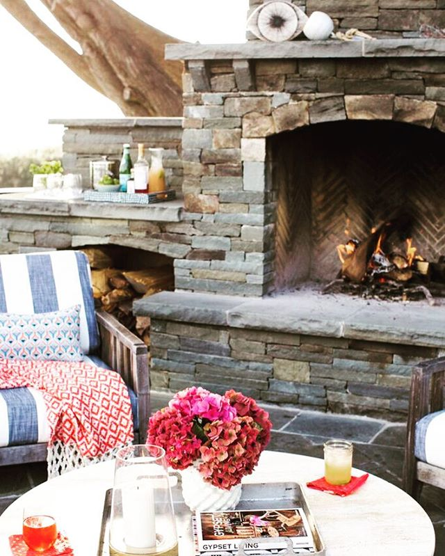Happy Friday everyone! Hope your day ends with a cocktail by a roaring fire🔥🔥🔥 📷@erinkunkel, styling@lizstrongstyle yummy outdoor locale winter or summer 😉 @dehnbloom #dehnbloomdesign