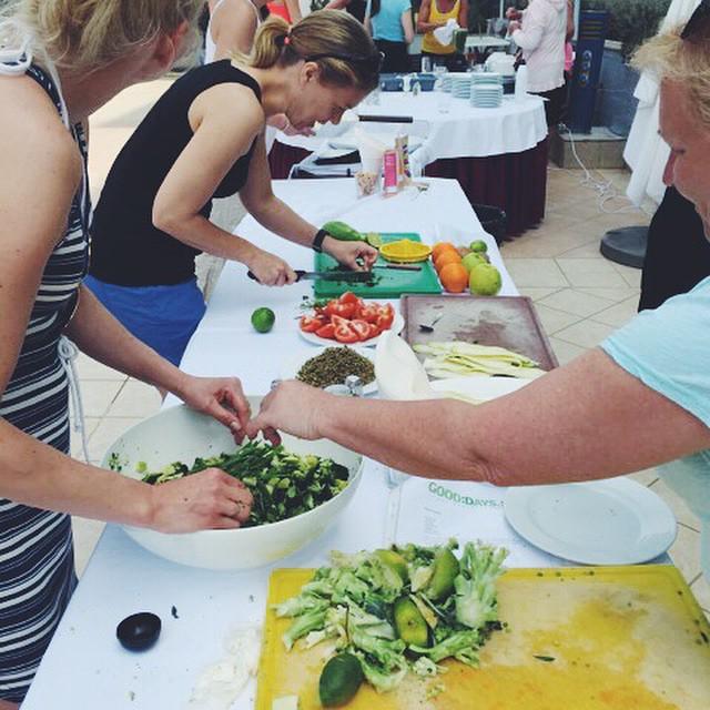 Varje resa föreläser vi om rawfood och lagar massa god mat ihop! Nyfiken? Mer info finns på hemsidan #rawfood#travel