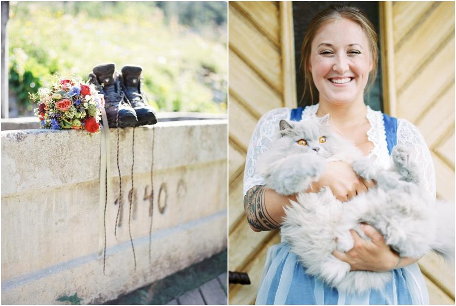 Siegrid Cain Hochzeit Tirol Austria Karwendel Tracht Tattoos Brautkleid Gössl Gebirge Sommer Verliebt Grauvieh Edelweiss Alpine Almhütte alternative Hochzeit barfuss Sommerblumen Brautstrauss_0003.jpg