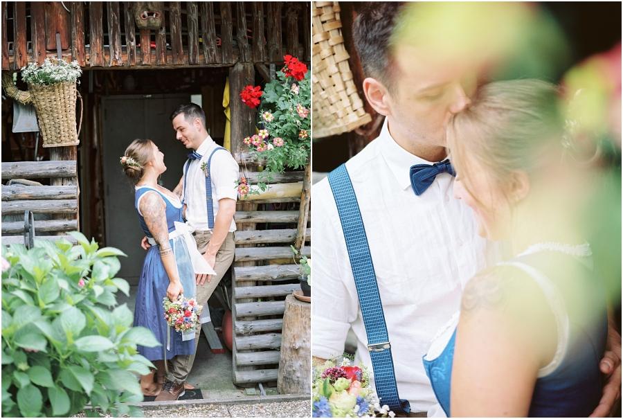 Siegrid Cain Hochzeit Tirol Austria Karwendel Tracht Tattoos Brautkleid Gössl Gebirge Sommer Verliebt Grauvieh Edelweiss Alpine Almhütte alternative Hochzeit barfuss Sommerblumen Brautstrauss_0006.jpg