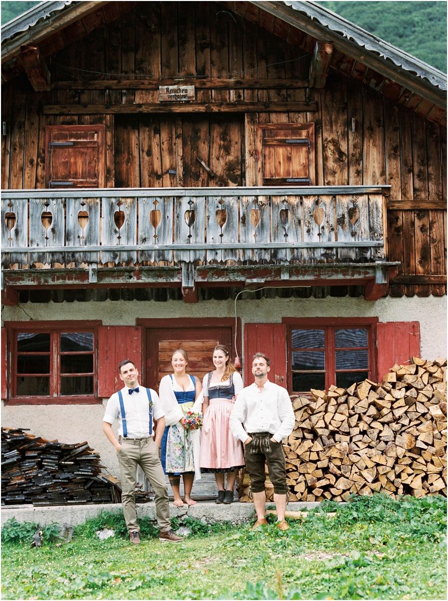 Siegrid Cain Hochzeit Tirol Austria Karwendel Tracht Tattoos Brautkleid Gössl Gebirge Sommer Verliebt Grauvieh Edelweiss Alpine Almhütte alternative Hochzeit barfuss Sommerblumen Brautstrauss_0008.jpg