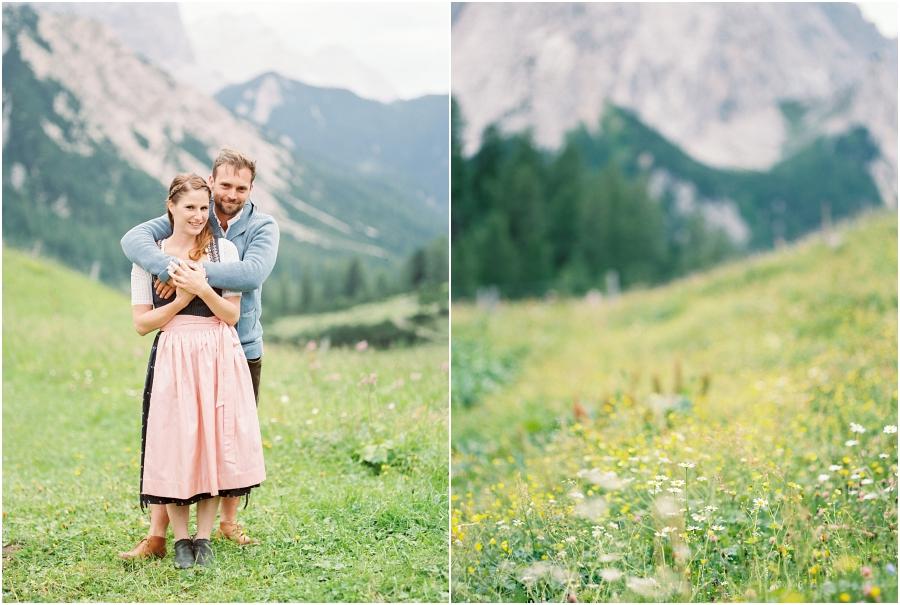 Siegrid Cain Hochzeit Tirol Austria Karwendel Tracht Tattoos Brautkleid Gössl Gebirge Sommer Verliebt Grauvieh Edelweiss Alpine Almhütte alternative Hochzeit barfuss Sommerblumen Brautstrauss_0009.jpg
