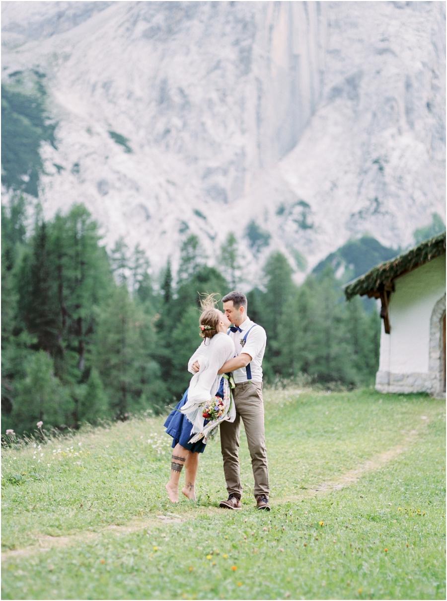 Siegrid Cain Hochzeit Tirol Austria Karwendel Tracht Tattoos Brautkleid Gössl Gebirge Sommer Verliebt Grauvieh Edelweiss Alpine Almhütte alternative Hochzeit barfuss Sommerblumen Brautstrauss_0014.jpg