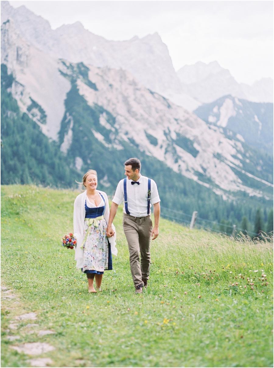 Siegrid Cain Hochzeit Tirol Austria Karwendel Tracht Tattoos Brautkleid Gössl Gebirge Sommer Verliebt Grauvieh Edelweiss Alpine Almhütte alternative Hochzeit barfuss Sommerblumen Brautstrauss_0011.jpg