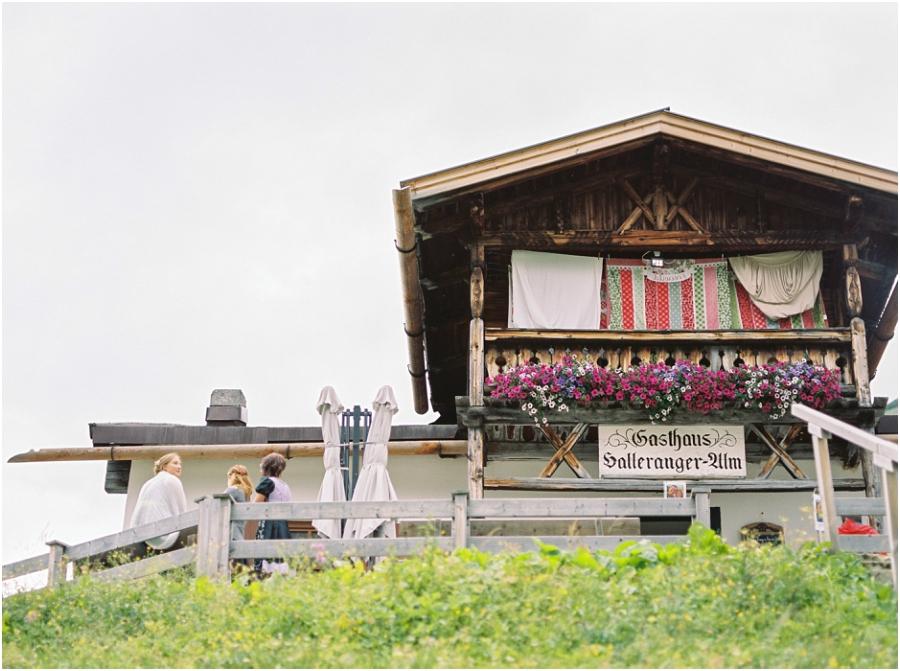 Siegrid Cain Hochzeit Tirol Austria Karwendel Tracht Tattoos Brautkleid Gössl Gebirge Sommer Verliebt Grauvieh Edelweiss Alpine Almhütte alternative Hochzeit barfuss Sommerblumen Brautstrauss_0019.jpg