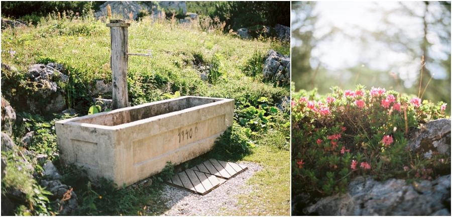 Siegrid Cain Hochzeit Tirol Austria Karwendel Tracht Tattoos Brautkleid Gössl Gebirge Sommer Verliebt Grauvieh Edelweiss Alpine Almhütte alternative Hochzeit barfuss Sommerblumen Brautstrauss_0023.jpg