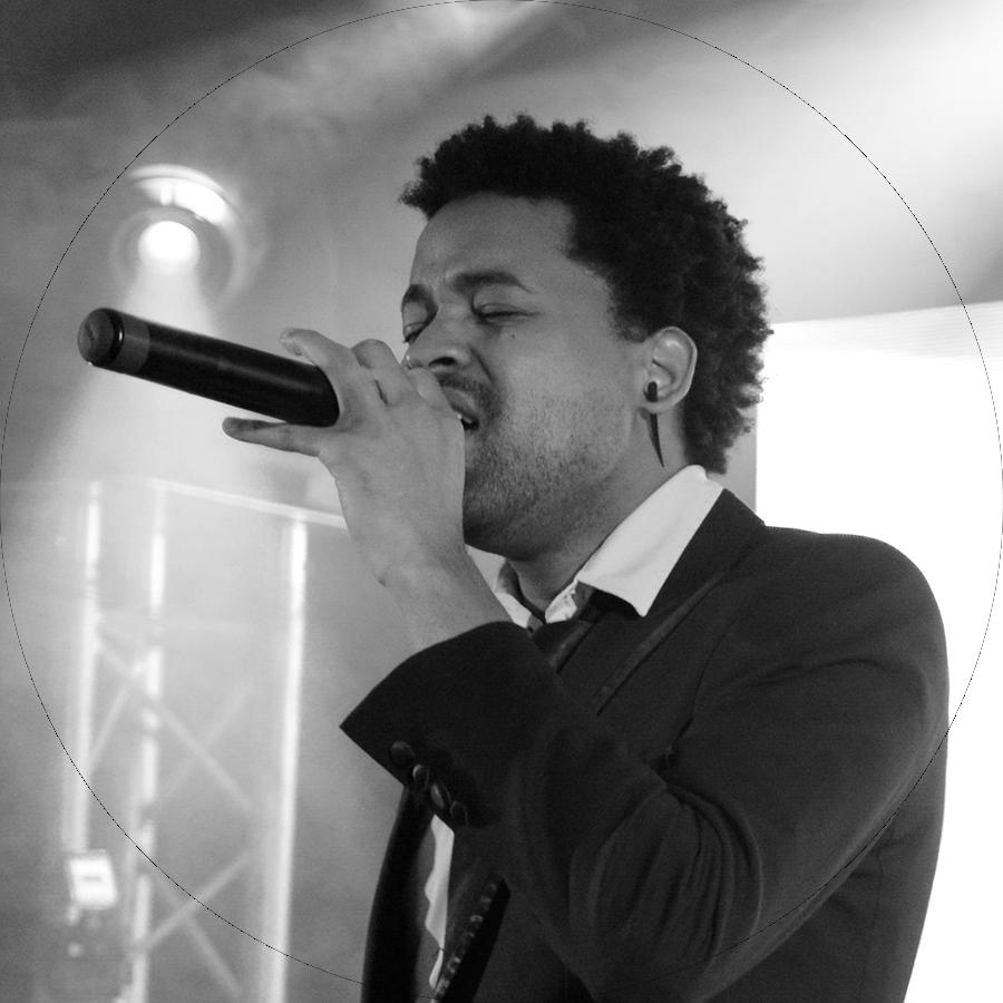 Larry chanteur black.png