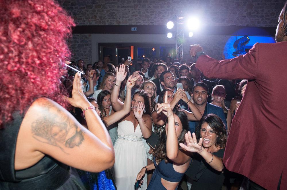Chanteur et chanteuse de Paris Groove pendant une soirée privée