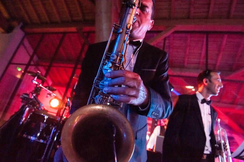 Saxophoniste met l'ambiance pendant une soirée corporate