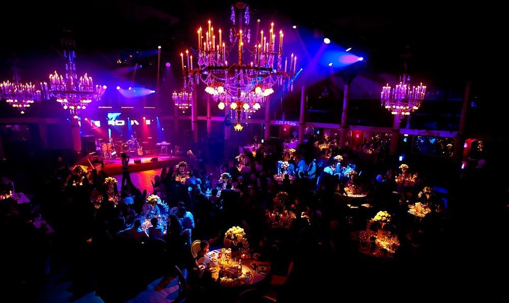 Ambiance, décoration lumineuse et orchestre live lors d'un événement