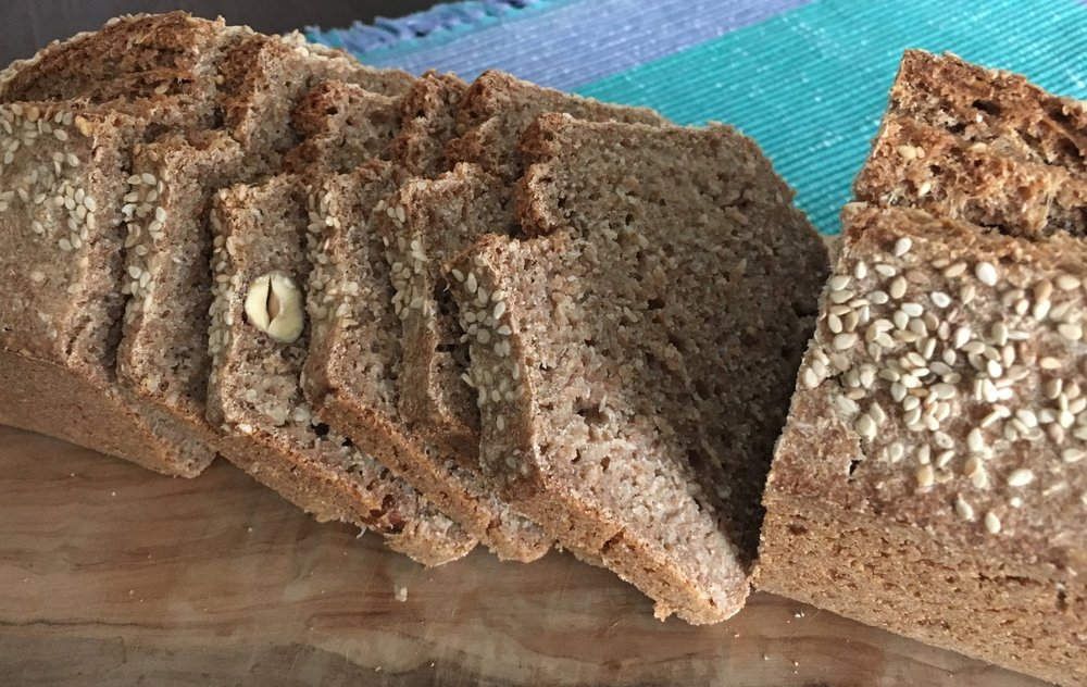 Préparation 15 minutes  Ingrédients :  500 gr de farine complète, de préférence fraichement moulue  500 ml d'eau légèrement tiède  1 càc de sel  ½ càc de miel  20 gr de levure biologique  Mélanger dans l'eau la levure, le miel et le sel. Ajouter cuillère par cuillère la farine tout en pétrissant, donne une pâte molle. Ajouter à volonté des noix, grains de tournesol, grains de sésame, épices … . Verser la pâte dans un moule beurré et parsemé de farine. Poser le moule dans le four qui est encore froid. Cuisson 20' à 220 ° et 40' à 200°. Après 15', faire une coupe sur la longueur du pain pour qu'il puisse bien lever.