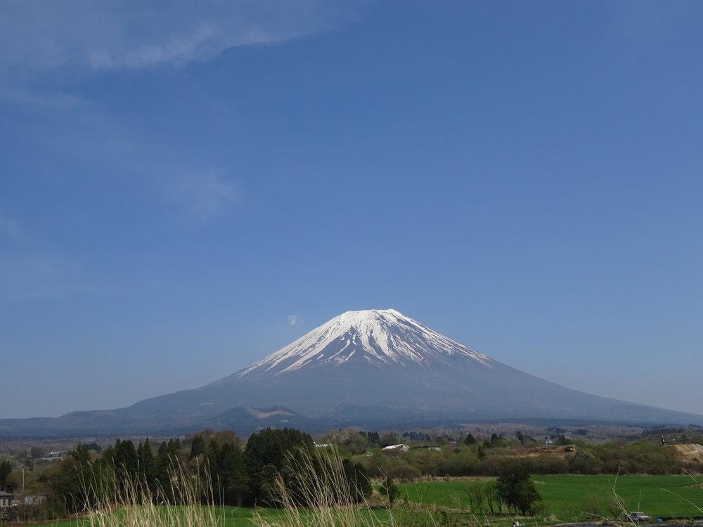 - Les vents rugissent, mais la montagne demeure immobile. (proverbe japonais)