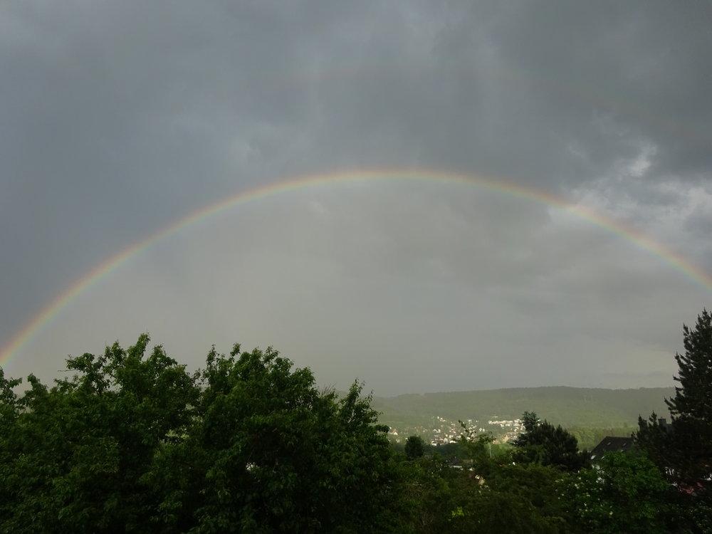 - La vie est comme un arc en ciel : il faut de la pluie et du soleil pour en voir les couleurs. ( Jules Renard )