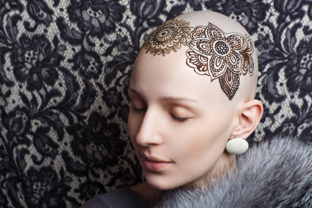- Pour celles qui veulent montrer au monde qu'elles sont plus fortes que tout, pourquoi ne pas simplement accepter de ne plus avoir de cheveux momentanément ou oser un joli tatouage au henné ?