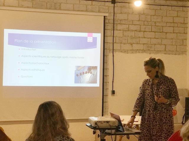 - Lors de la conférence, Alexia explique le contexte actuel de la dermopigmentation versus tatouage 3D
