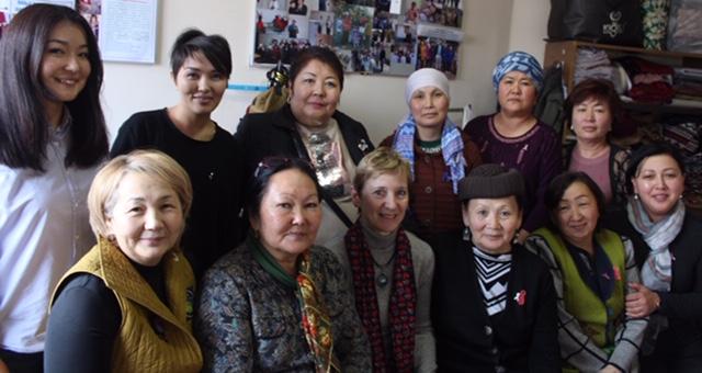 Sur cette photo, 10 femmes ont eu un cancer, elles sont très engagées à donner des cours dans l'école des patientes, à visiter des patientes en phase palliative à la maison, à distribuer des coussins de cœur et des sacs redon dans le service de l'oncologie. Elles sont la voix des patientes.