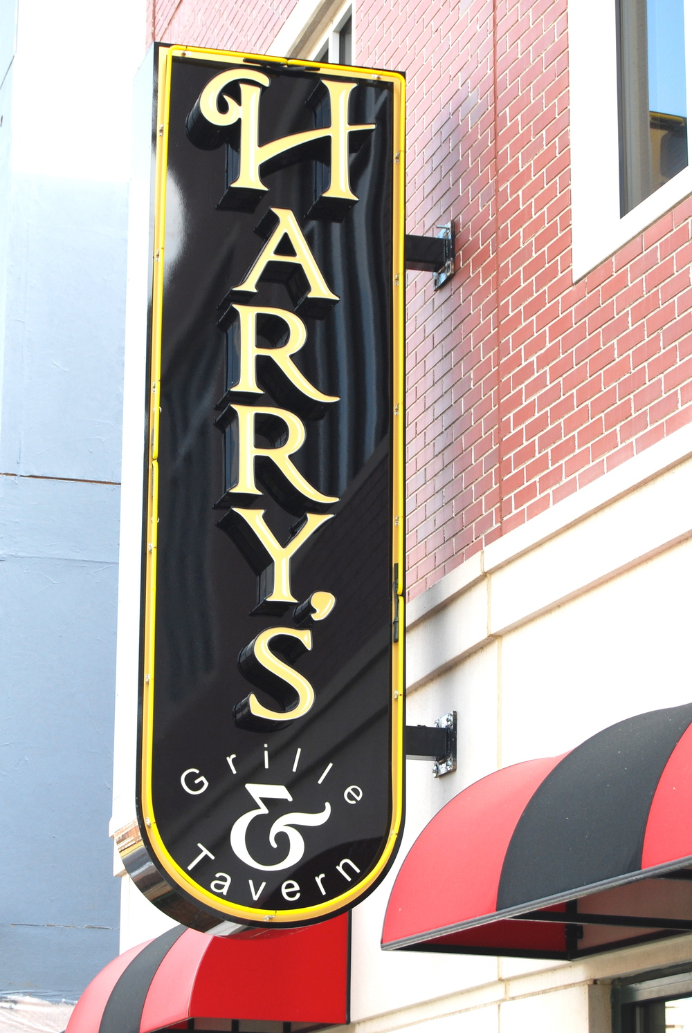 Harry's Grill and Tavern  is located amidst the vibrant Town of Ayrsley. Harry's specializes in personalized service and dining. TheBlack Label Burger, Harry's Crab Cakes,and LobsterMac-N'-Cheese are customer favoritesalong with local brews from Harry's North Carolina craft beer menu.The food, drink, and quality service Harry's provides allembody its promise of quality and a memorabledining experience.  Located at 2127 Ayrsley Town BoulevardSuite 103, Charlotte, NC 28273