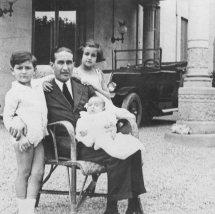1926  Mi padre con sus hijos
