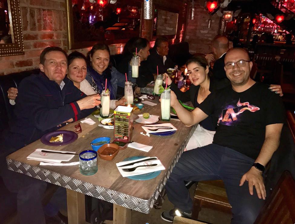 Aquí en la cena de clausura con mis amigos en el restaurante Andrés en el Paseo Andino
