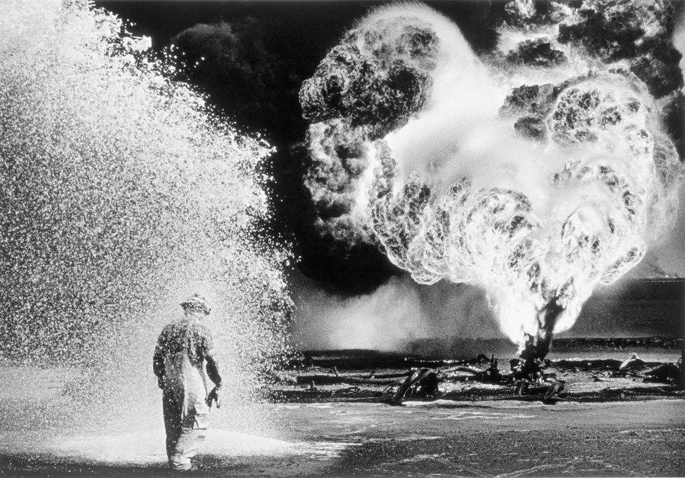 Oil fire in Kuwait, 1991. Photograph by Sebastião Salgado.