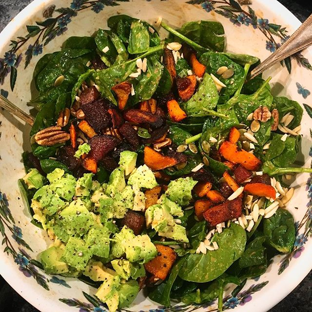 Crunchy winter salad goodness brought to you by @hannalalonde - her maple tahini dressing is TDF!!! #whatveganseat #salad #saladgameonpoint #vegansofig #veganfood #eatrealfood #eattherainbow #inseason #crunchy